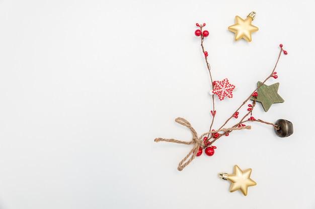 금색과 빨간색 볼 활 흰색 절연 크리스마스 선물