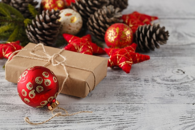 흰색 나무 테이블에 빨간 공 활과 크리스마스 선물