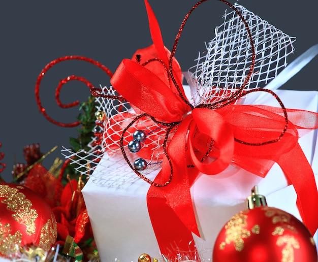 赤いボールでクリスマス プレゼント