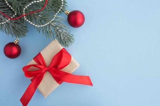 빨간 리본 및 파란색 배경에 크리스마스 성분 크리스마스 선물. 평면도. 공간을 복사하십시오.