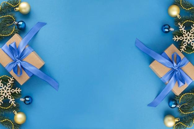 青い背景に青い弓を結んだクリスマスプレゼント。上面図。スペースをコピーします。