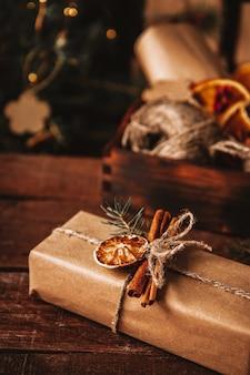 クラフト紙に包まれ、環境にやさしい素材で飾られたクリスマスプレゼント