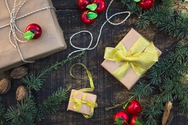 針葉樹の枝やリンゴの中のクリスマスプレゼント