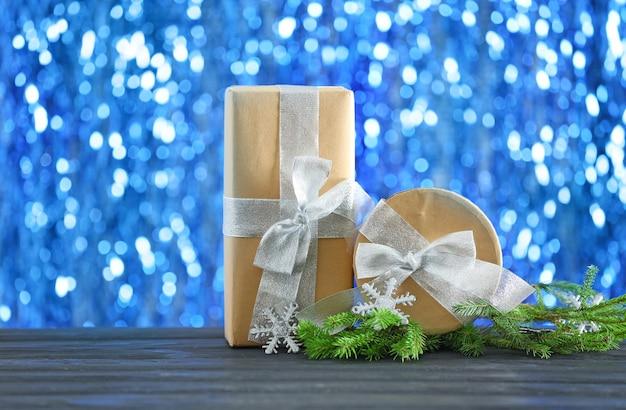 クリスマスプレゼントと表面のぼやけたライト