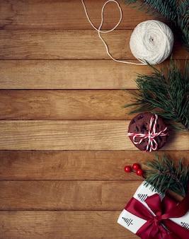 Рождественские подарки и украшения на деревянном столе