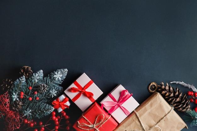 テーブルの上のクリスマスのギフトや装飾品