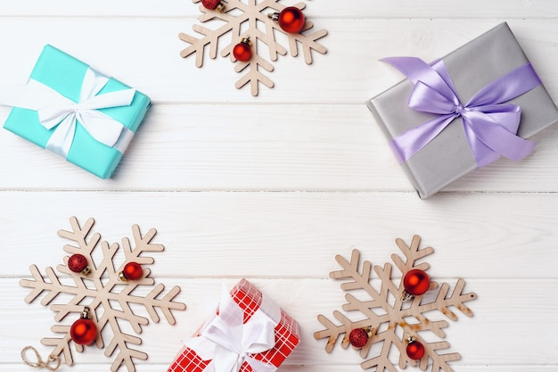クリスマスプレゼントと白い木の板の装飾