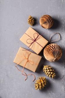 灰色のクリスマスプレゼントと環境にやさしい装飾
