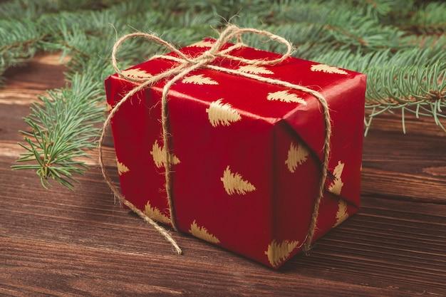 クリスマスプレゼントと木製のテーブルトップビューの松の木の枝