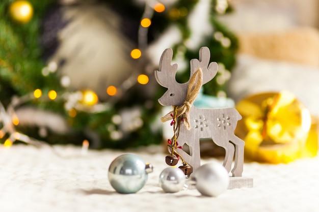 クリスマスプレゼントとクリスマスツリーの下の鹿