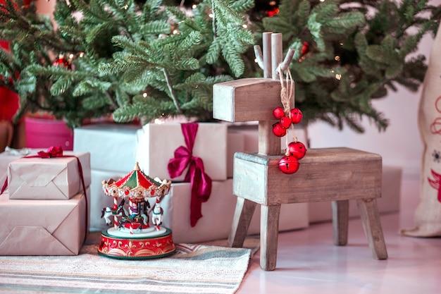 Рождественские подарки и игрушки под елкой