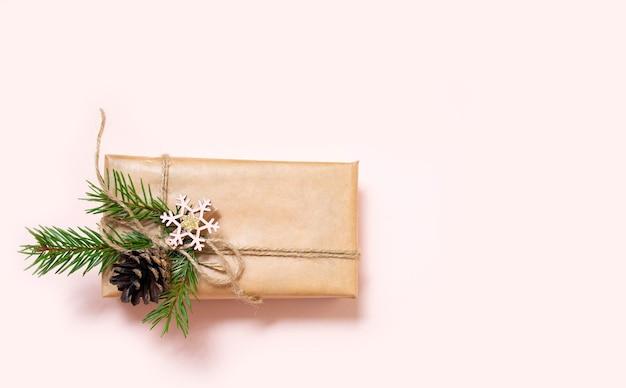 Новогодние подарки декорированы натуральными материалами и деревянными брелками-звездами.