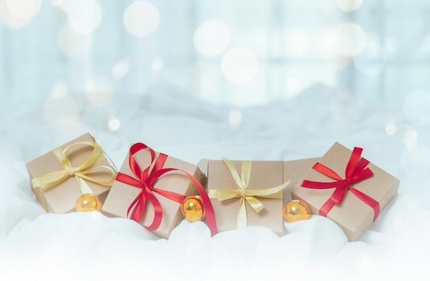 Коробка рождественских подарков на белой предпосылке.