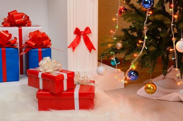 벽난로와 전나무 크리스마스 선물