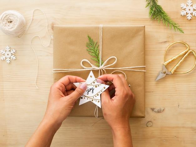 크리스마스 선물 개념입니다. 공예 종이, 도구 및 장식이있는 평평한 수제 크리스마스 선물