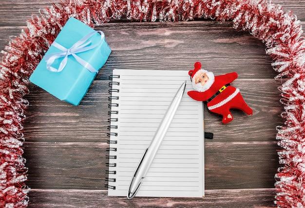 Рождественские подарки, украшения и игрушки на деревянном фоне новогодняя концепция