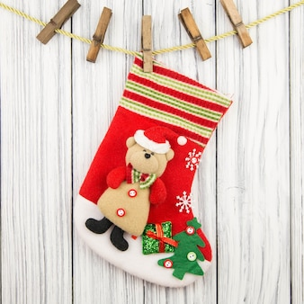 나무 테이블에 고립 된 그의 부츠를위한 크리스마스 선물