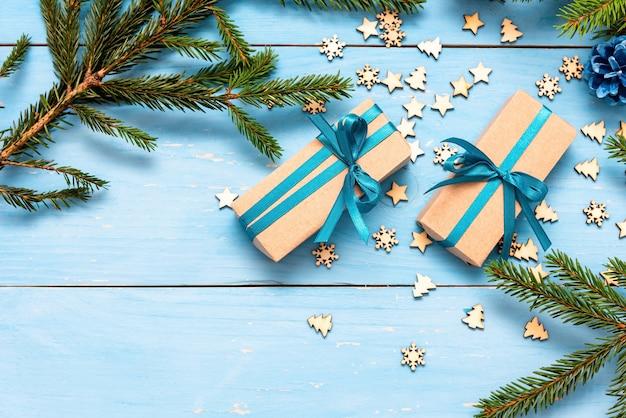 Рождественские подарки к празднику с шишками.