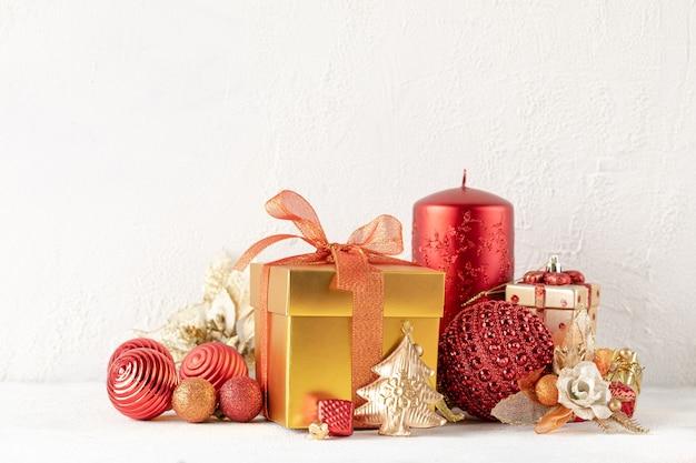 Рождественские подарки в красной и золотой коробке на белом столе новогодний праздник композиции баннер. скопируйте место для вашего текста
