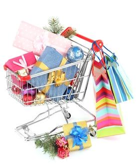 Рождественские подарки в тележке для покупок, изолированные на белом