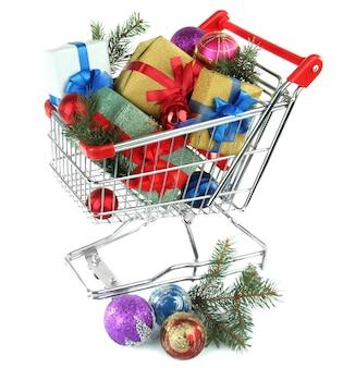クリスマスプレゼントと白で隔離のトロリーでの買い物