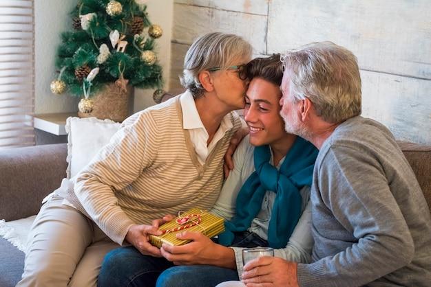 부모와 할아버지, 어린 아들 또는 손자와 함께 집에서 크리스마스 선물 순간