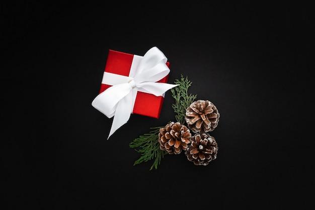 Новогодние подарки на черном фоне
