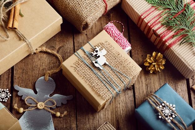 木製のテーブルの上のクリスマスプレゼント