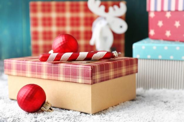 색상 나무 배경에 크리스마스 선물