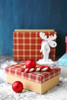 Рождественские подарки на цветной деревянной поверхности