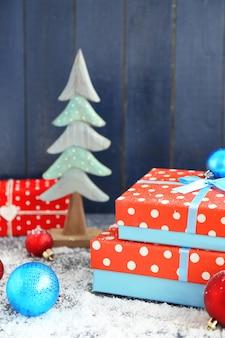 Рождественские подарки на цветном деревянном столе