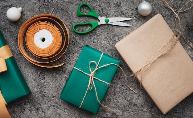 Рождественские подарки на мраморном фоне