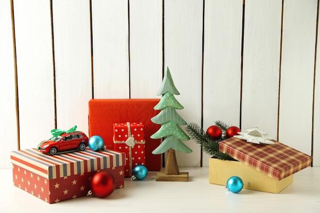 Рождественские подарки на деревянных фоне