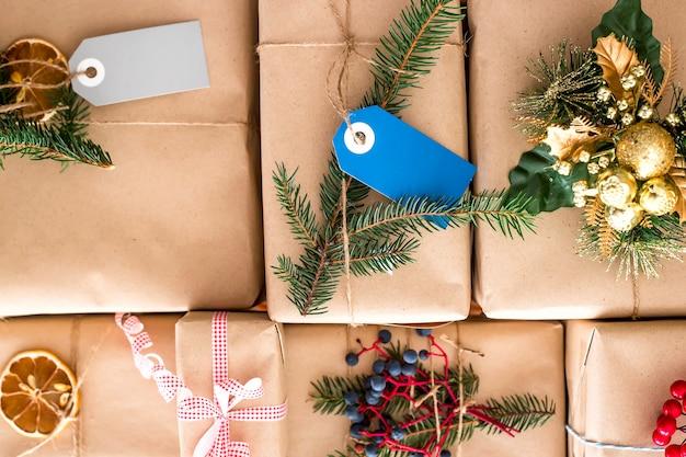 전나무 가지로 장식 된 공예 종이로 포장 된 크리스마스 선물