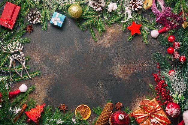 クリスマスプレゼント、松の枝、おもちゃ、石の上のサンタの帽子