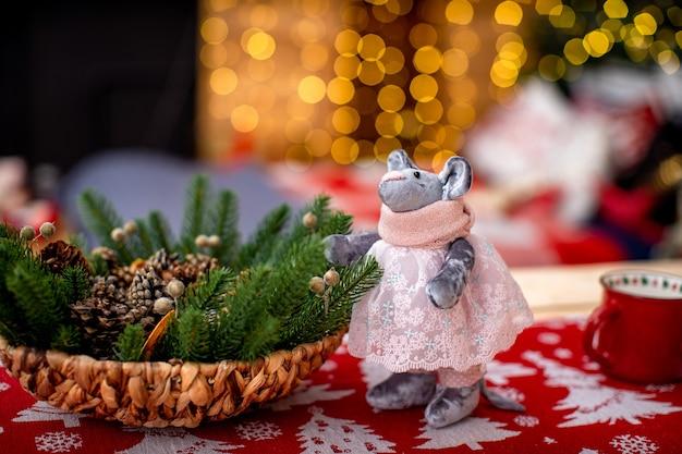 Рождественские подарки символ нового года. крыса сделана вручную из ткани. новый год уютный фон. свободное место для текста