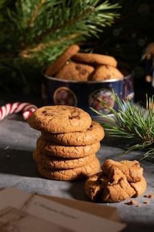 Рождественские подарки, игрушки и печенье с шоколадом на столе