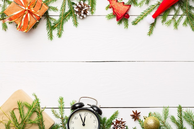 クリスマスプレゼント、おもちゃ、ヴィンテージ時計、木製の白いサンタの帽子