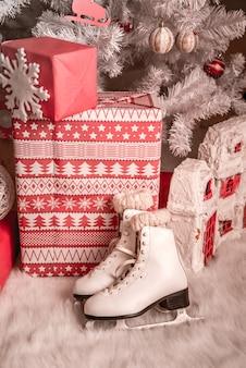 크리스마스 트리 아래 크리스마스 선물입니다.