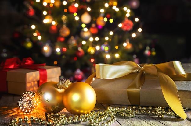 Рождественские подарки под елкой.