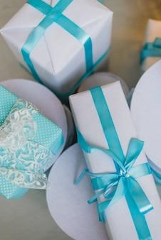 Рождественские подарки под украшенной елкой в синем цвете
