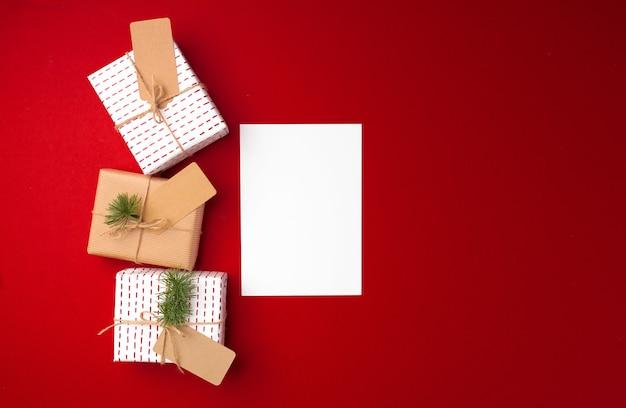 紙タグトップビューコピースペースとのクリスマスプレゼント