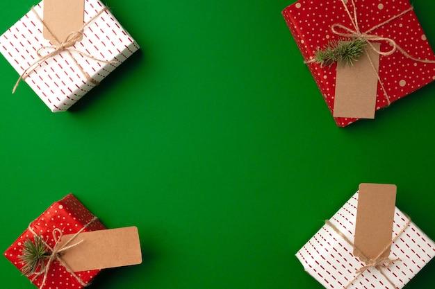 紙のタグが付いたクリスマスプレゼント