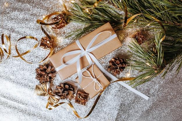 Рождественские подарки с шишками и еловыми ветками