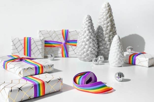 Рождественские подарки с радужной лентой в цветах флага лгбт-сообщества