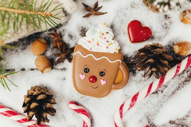 クリスマスのジンジャーブレッドクッキーとクリスマスツリーの飾り、ジンジャーブレッドカップ。