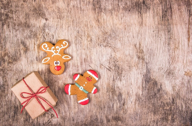 クリスマスのジンジャーブレッドクッキーと木製テーブルのギフト
