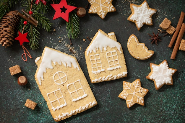 クリスマスのジンジャーブレッドクッキーとベーキング用の材料。料理の背景。上面図フラットレイ背景。