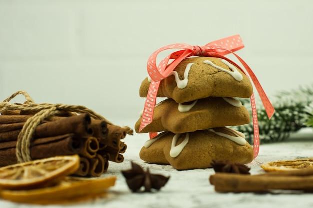 나무 배경에 크리스마스 진저 쿠키와 향신료. 축제 음식의 구색