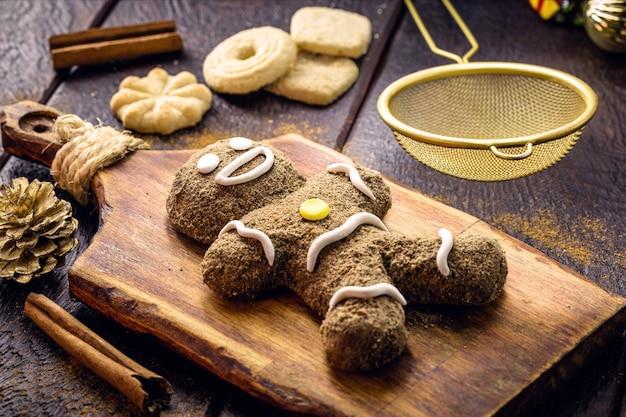 クリスマスジンジャーブレッドクッキー、自家製ジンジャーブレッドマン、焼かれている、クリスマスデザートを調理する